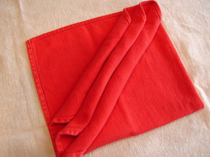 weiße decke und eine gefaltete rote bestecktasche, tischdeko selber basteln, eine rote bestecktasche basteln