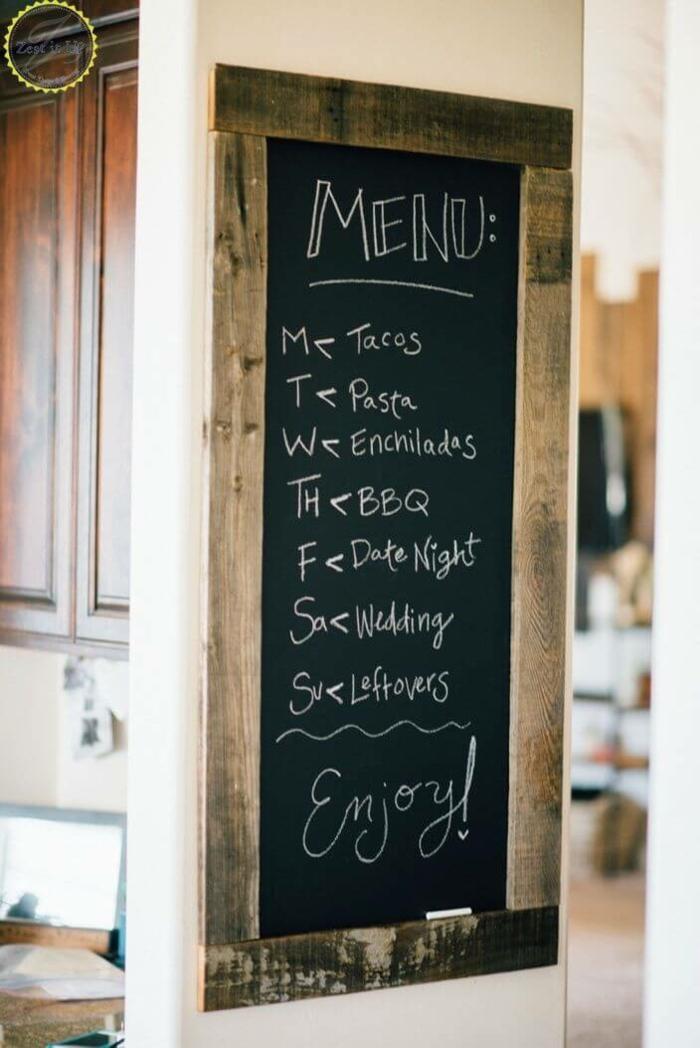 Wanddekoration Ideen, mit einer Speisekarte für Verlobten auf schwarzen Tafel in der Küche geschrieben