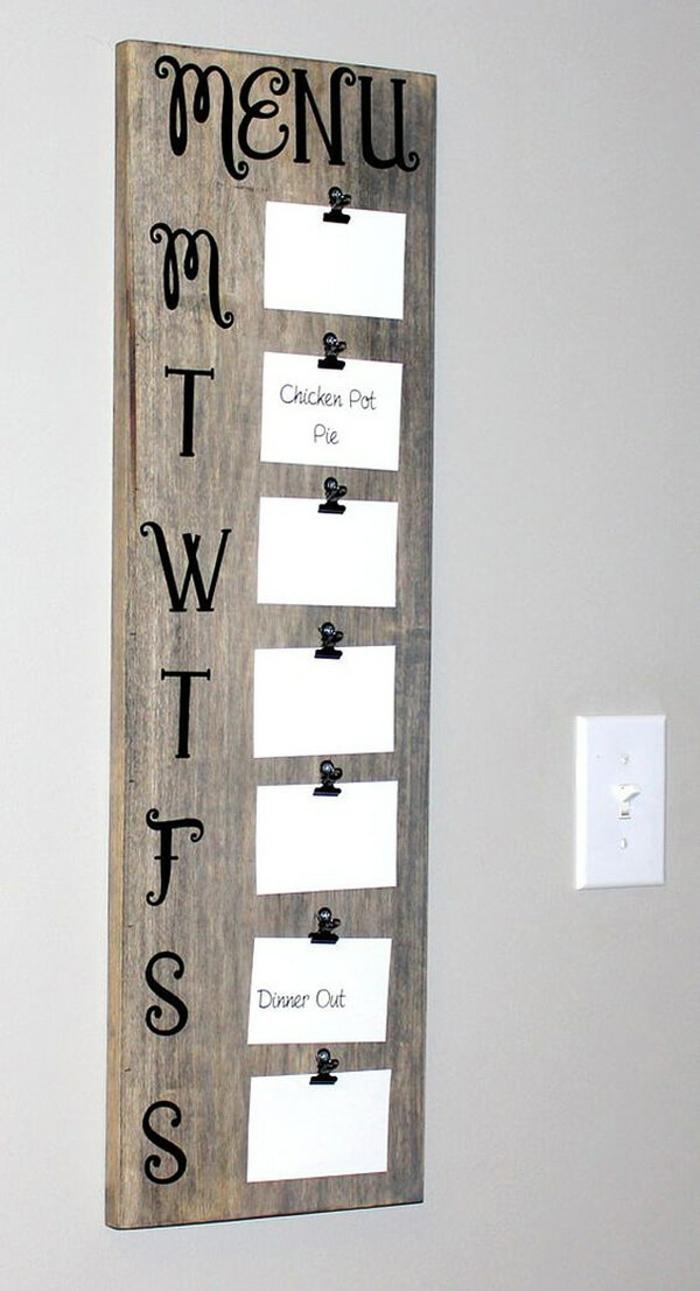 ein Tafel mit kleinen Kärtchen, das die Speisekarte für jeden Tag der Woche zeigen, Wanddekoration Ideen