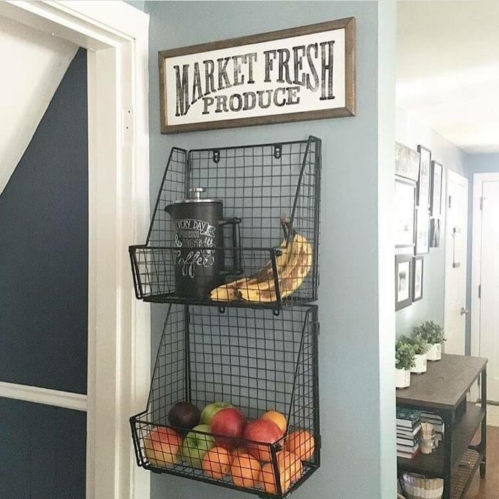 Frische Produkte aus dem Markt, zwei Regale aus Draht mit frischem Obst, Wanddekorationen Ideen