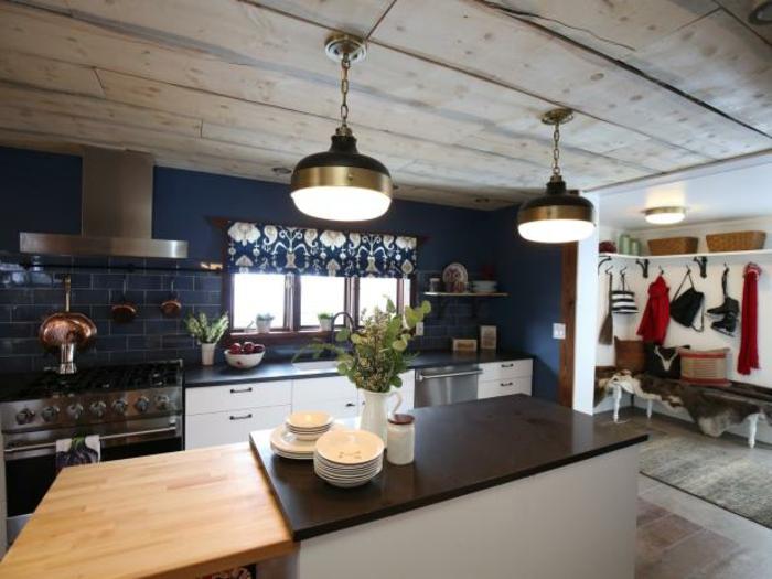 eine Kochinsel, eine Decke aus Bretten, zwei Lampen, Zimmer einrichten Ideen