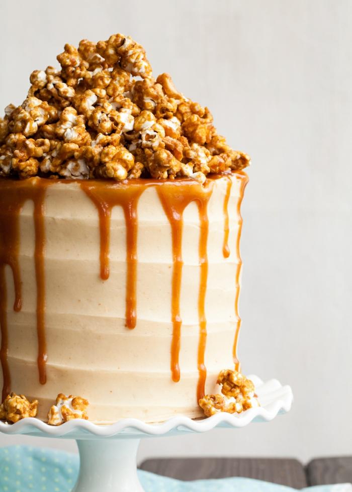 eine leckere Torte mit viel Karamell und süße Popcorns darauf, schnelle Geburtstagtorte