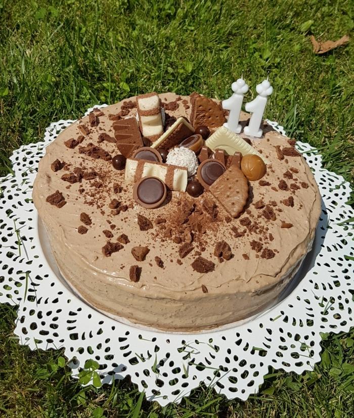 eine Torte mit Schokolade Glasur, schnelle Geburtstagstorte für elften Geburtstag