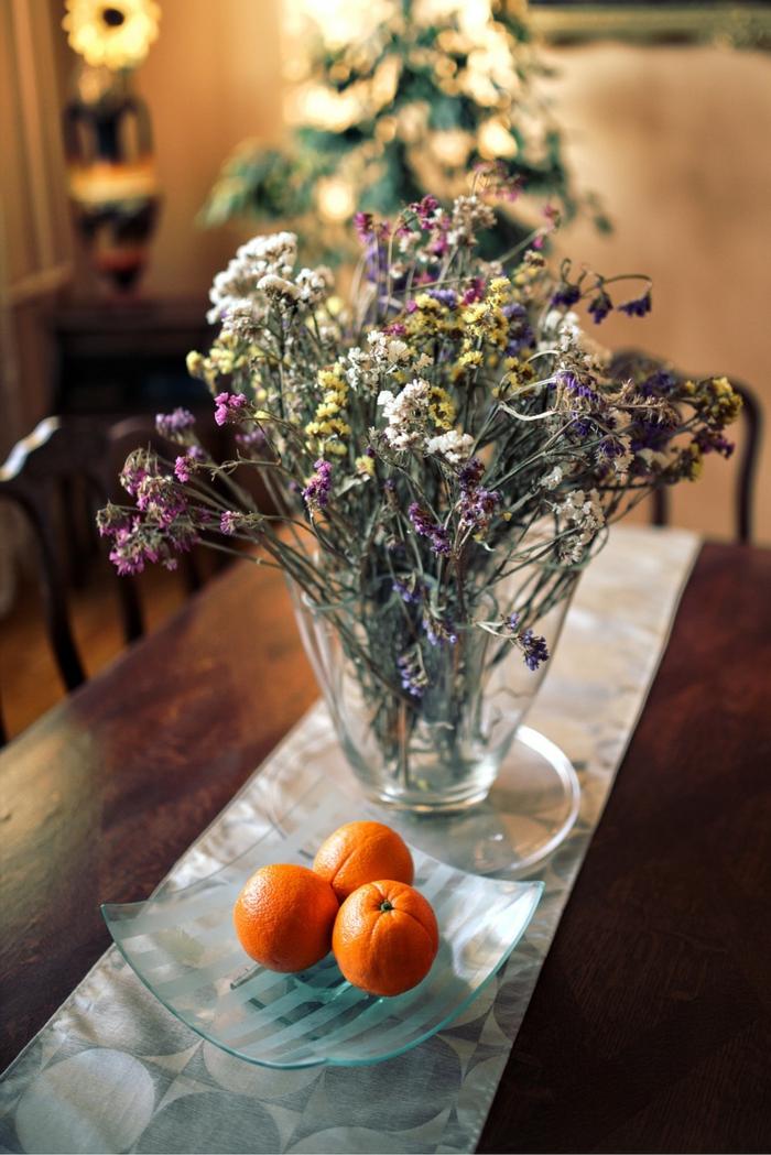 Tischdeko Kommunion selbst gemacht, Feldblumen in Vase, Mandarinen in Schale, weißer Tischläufer