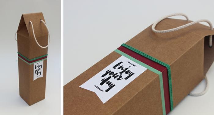 eine braune Flascheverpackung, mit eine weiße Anhänger, kleine Griffe aus weißem Seil