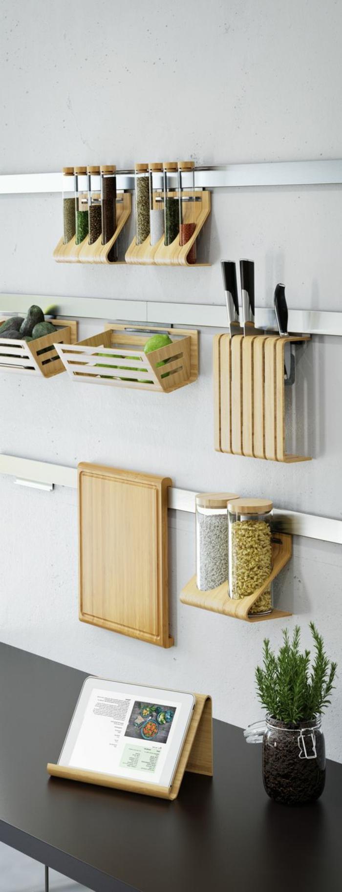 Wandgestaltung Ideen, kleine angehängte Regale aus Holz für Küchenzubehör