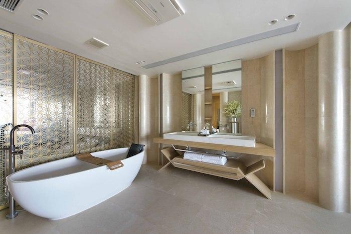 eine kleine weiße badewanne und eine dusche, ein großes weißes waschbecken und ein spiegel, ehaus einrichten, ein großes badezimmer