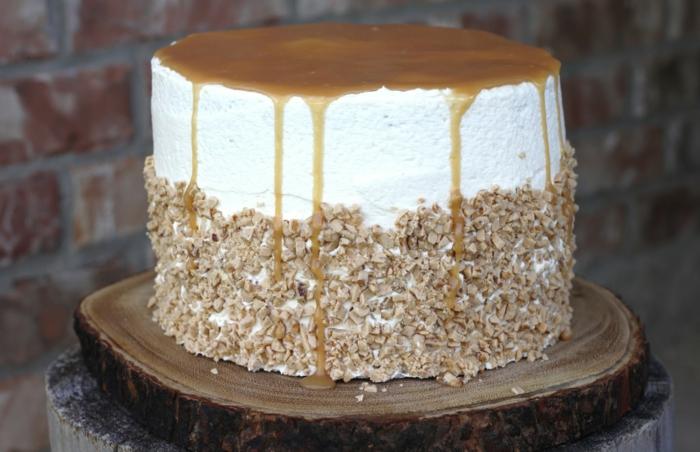 eine Torte mit Karamell Glasur und weiße Creme, Toffifee Krümmel an den Seiten, schnelle Geburtstagstorte