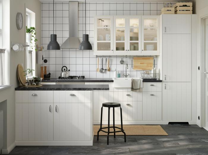 Deko Wand, eine weiße Küche mit weißer Fliesen, graue hängende Lampen
