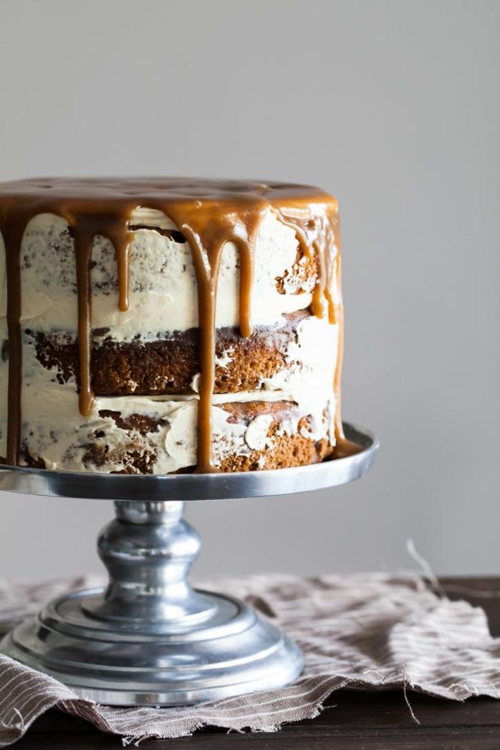 schnelle Geburtstagstorte, Karamell Glasur, weiße Creme, auf silbernem Ständer