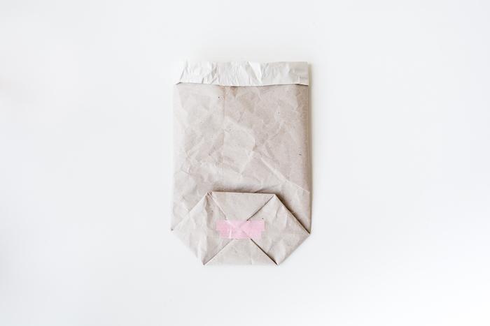 ein weißer tisch und eine kleine weiße tüte aus einem alten weißen papier, eine diy schritt für schritt anleitung