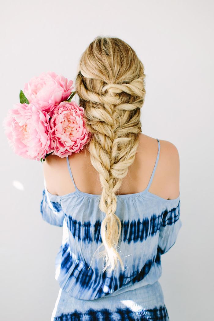 frisuren im hippie stil, einfache flechtfrisuren, blaues kleid im boho stil, große rosa blumen