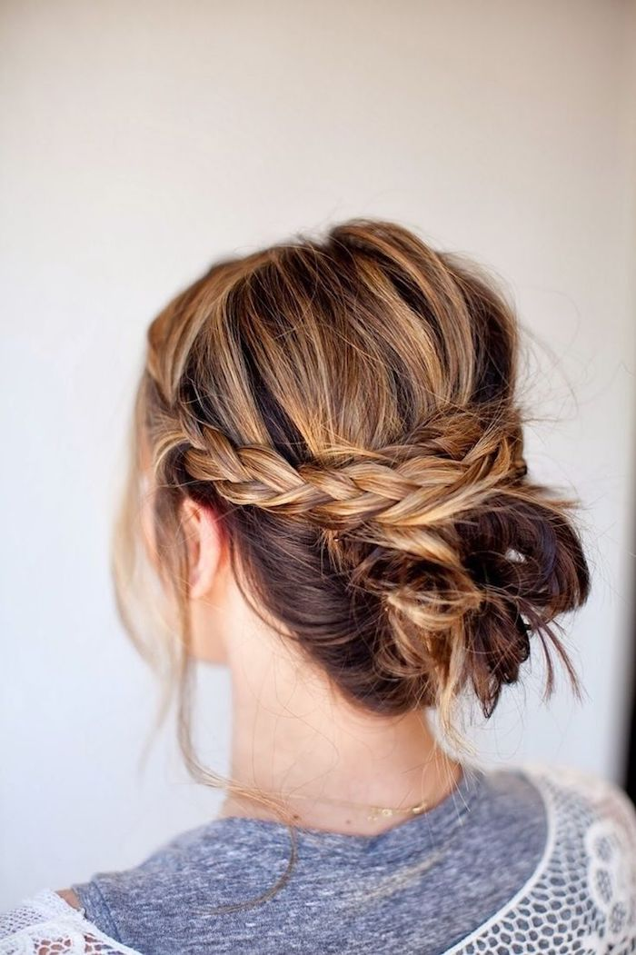 einfache frisuren für den alltag, frau mit frisur im boho stil, hochgesteckte haare, blonde highlights