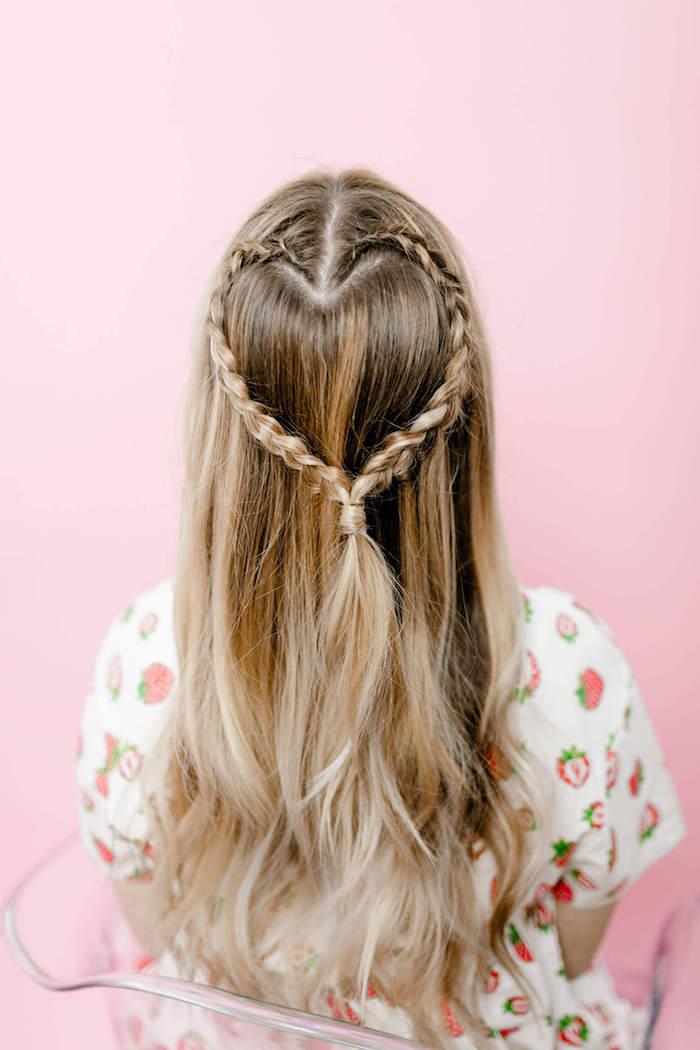 einfache frisuren für den alltag, weißes kleid mit erdbeeren muster, ombre blond, herz aus zöpfen