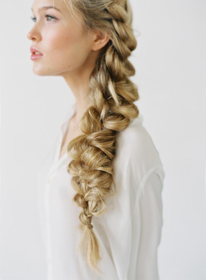 frau mi blonden haaren, einfache frisuren für den alltag, weißes weites hemd, großer zopf, seitenzopf