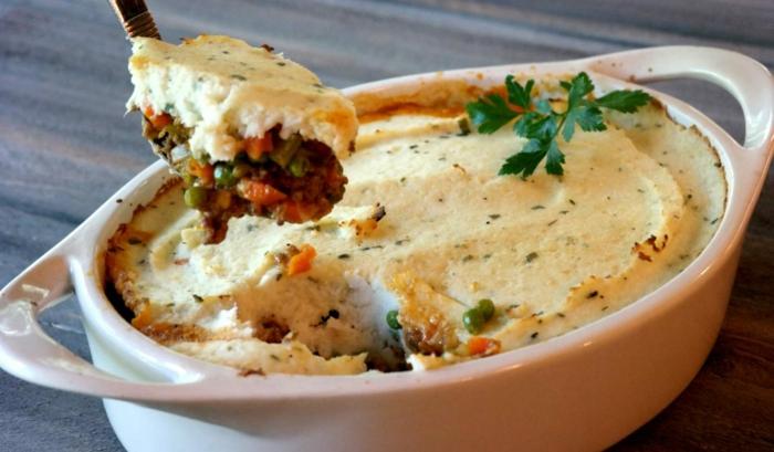 abendessen low carb, fleischauflauf mit käse aufguss, ideen zum selber kochen und genießen. petersilie als deko