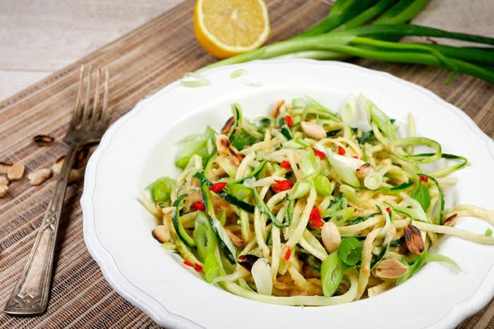 gesundes abendessen low carb, gemüse salat mit gurken, zwiebel, rübe, meeresfrüchte, zitrone