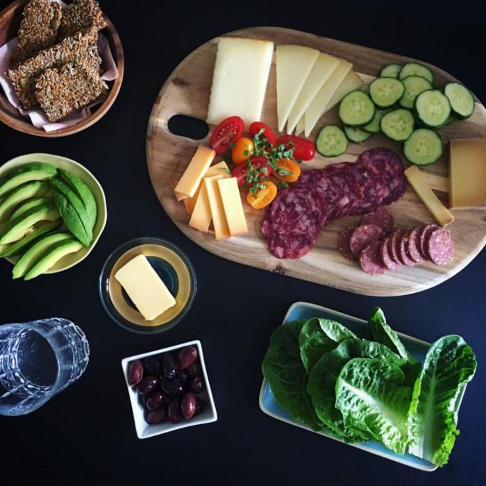 abendessen low carb, schnell und einfach sandwich zubereiten aber gesund, rogen vollkornbrot, blattsalat, fleisch, käse, avocado rezept, tomaten