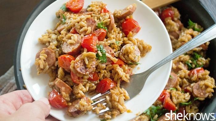 einfache rezepte ernährungsplan, vollkornreis mit würstchen, tomaten, brokkoli und andere