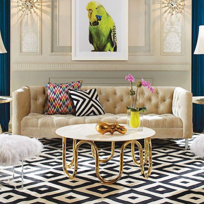 Wohnzimmer Einrichtung, Sofa in Beige, zwei Deko Kissen, runder Cochtisch