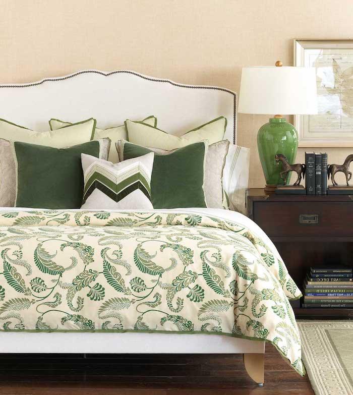schlafzimmer einrichten beispiele, grünes design im zimmer, zimmer ideen einrichtung, gelb, beige, grüne lampe
