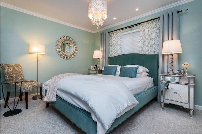 schlafzimmer einrichten beispiele, blaues zimmerdesign, nuancen des blauen, spiegel mit goldenem rahmen, vorhänge