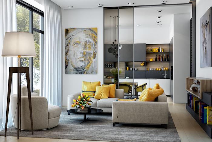 Wohnzimmer in Grau, Möbel in Beige, gelbe Deko Kissen, Stehlampe und Portrait