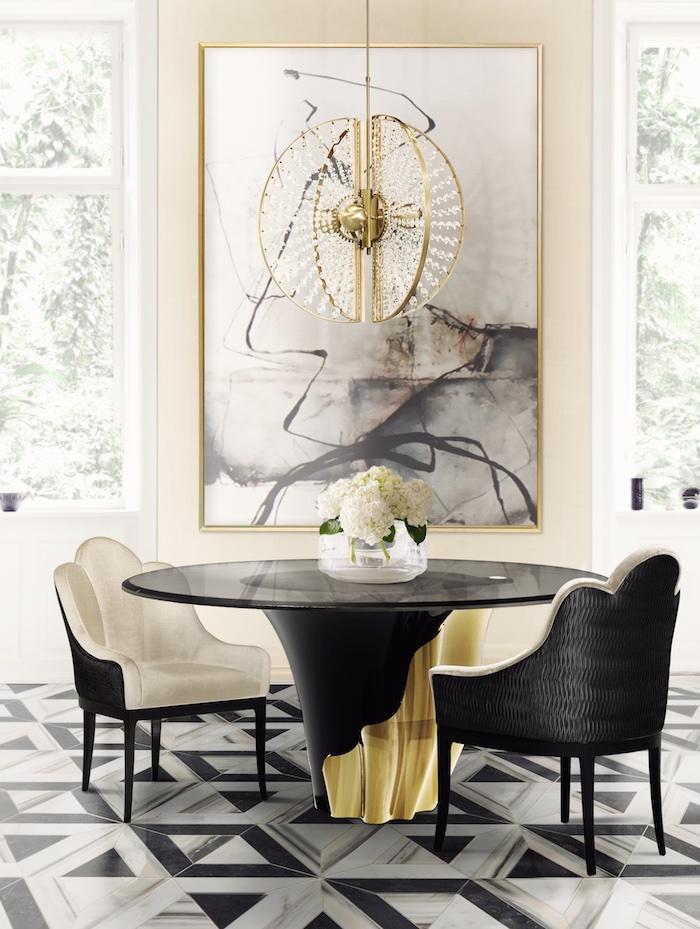 Schwarzer Tisch und Lederstühle, verspielter Kronleuchter, Fliesen in Schwarz und Weiß
