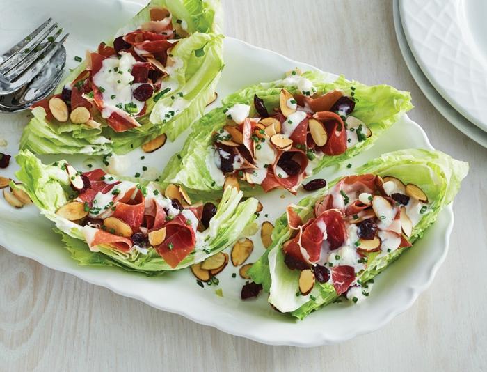 Kohl, Salami, Nüsse, Oliven, weißes Dressing, ausgefallene Salate für Grillparty