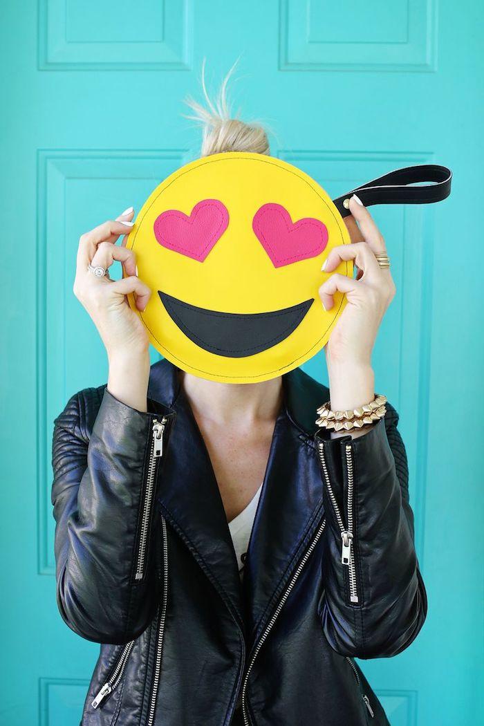 Emoticon Clutch selber nähen, Frau mit blonden Haaren, schwarze Lederjacke und goldenes Armband