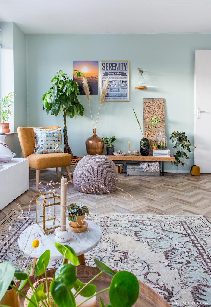 Wohnzimmer Einrichtung, Wandfarbe Türkis, grüne Zimmerpflanzen, helle Farbnuancen