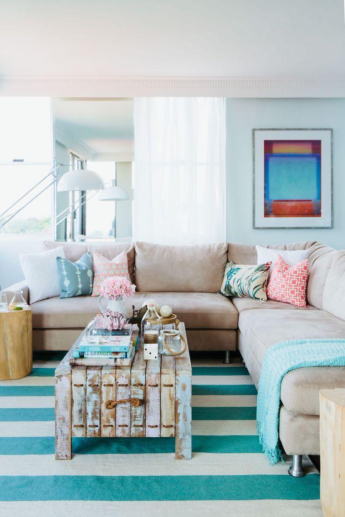 Wohnzimmer Einrichtung, Boden in Weiß und Türkis, Tisch aus Paletten, zarte Pastellfarben