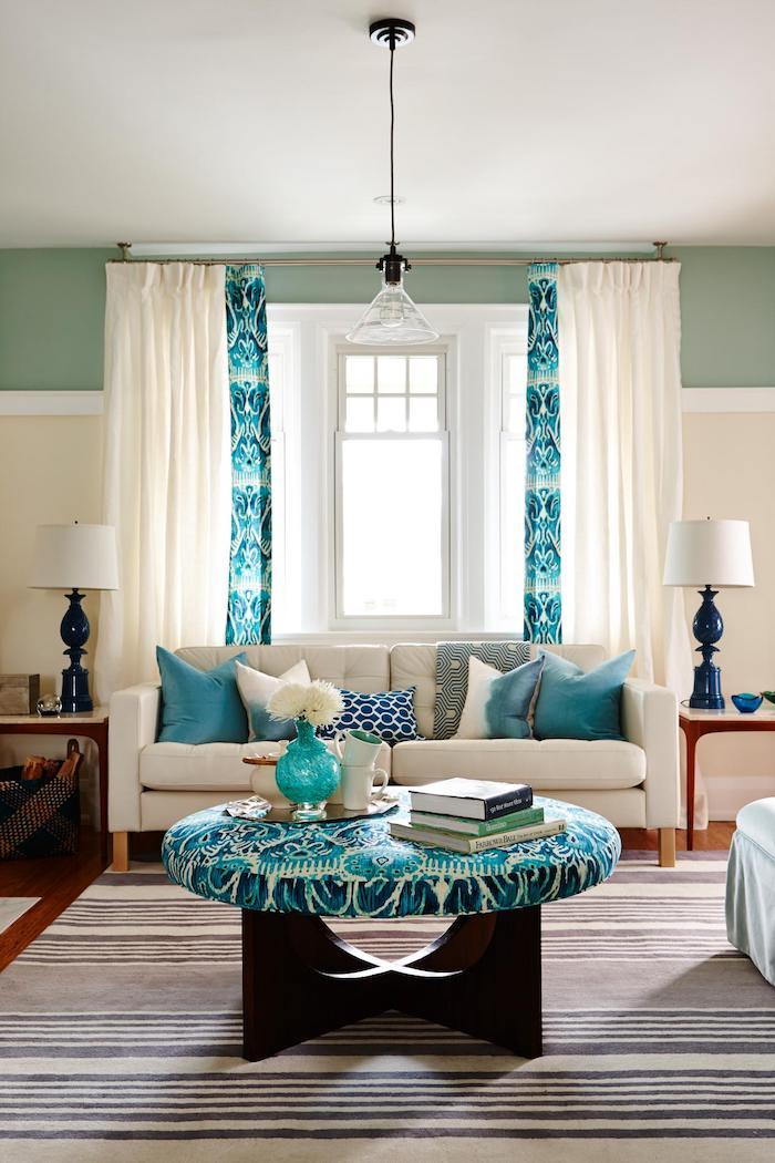Wohnzimmer Einrichtung, Wandfarbe Türkis, weiße Vorhänge, weißes Sofa, viele Deko Kissen