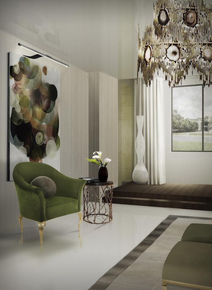 Wohnzimmer Einrichtungsideen, grüner Sessel und kleiner Couchtisch, großer Kronleuchter