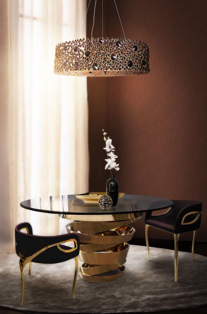 Wohnzimmer in Braun, Kronleuchter mit Perlen, runder Tisch und schwarze Stühle