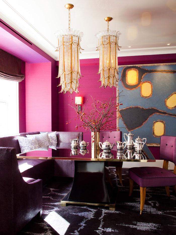 Wohnzimmer in Violett, lila Sessel und schwarzer Tisch, verspielte Kronleuchter
