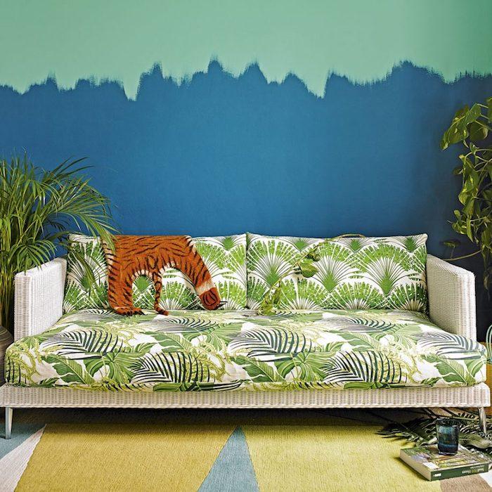 Wohnzimmer Einrichtung von der Natur inspiriert, grüne Zimmerpflanzen, Wandfarbe Blau und Grau