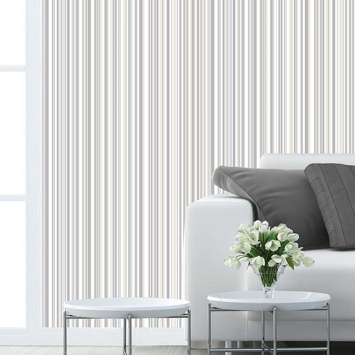 wandgestaltung mit farbe grau und weiß, kleiner kaffeetisch mit frischen blumen darauf, weiße blumen, sofa weiß mit grauen kissen