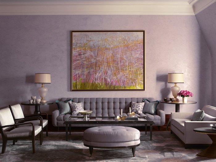 Wohnzimmer in Lila, graue Möbel, Farben kombinieren, Gemälde an der Wand und weiße Nachttischlampen