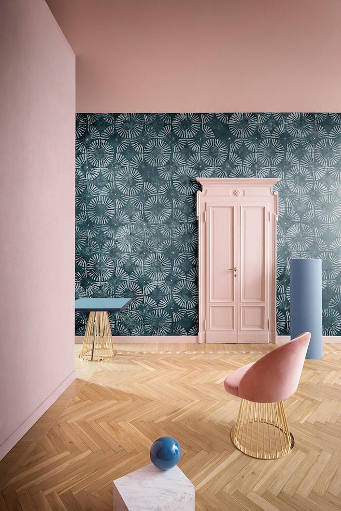 Kombination aus Rosa und Dunkelgrün, hellbraunes Parkett, rosa Stuhl mit goldenem Unterteil
