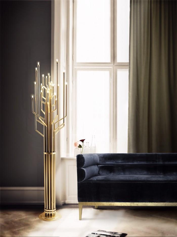 Wandfarbe Schwarz, großer Spiegel, Stehlampe in Form von Kerzenhalter, schwarzes Sofa
