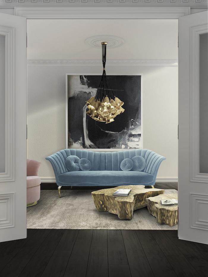 Wohnzimmer Einrichtung, Wandfarbe Weiß, blaues Sofa, verspielter Kronleuchter