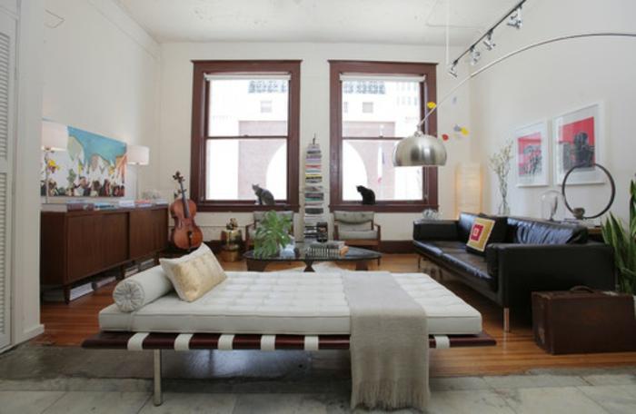 schlafzimmer bett im mitte des zimmers, zentrale lage,buntes zimmerdesign, viele dekorationen, sofa, schränke, zwei fenster, gitarre