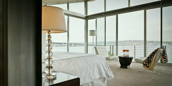 schlafzimmer bett weiß und groß, dekorationen luxuriös, fensterwände, elegantes design, schöne stehlampen