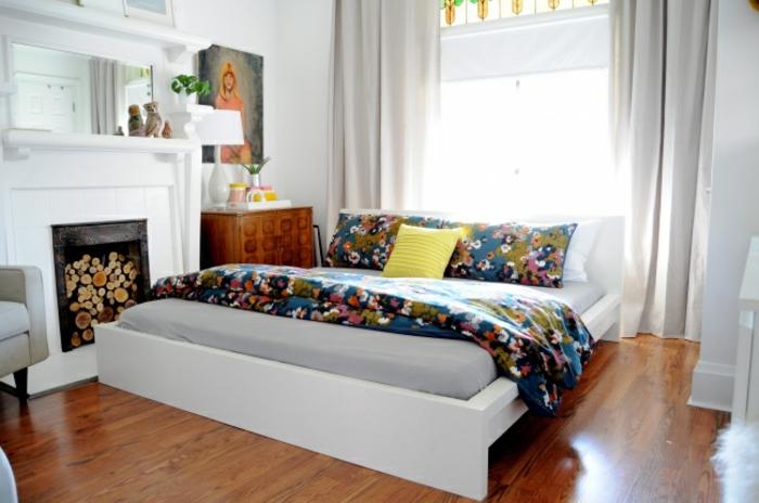 schlafzimmer farben, weiß als hintergrund und bunte dekorative elementen, bettdecke, kamin. wandbild