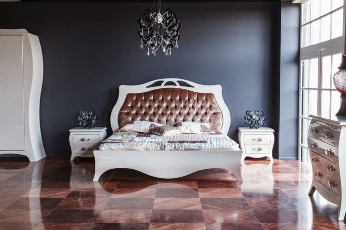 edle schlafzimmer farben, luxusinterieur zu hause, bett mit weißen holzrahmen und samtbedeckung, marmorboden, lüster stilvoll