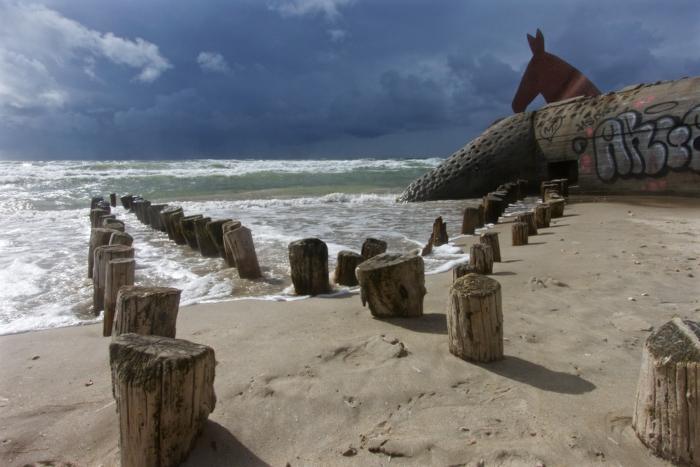 Strand an der dänischen Nordseeküste, eine Figur von Pferd