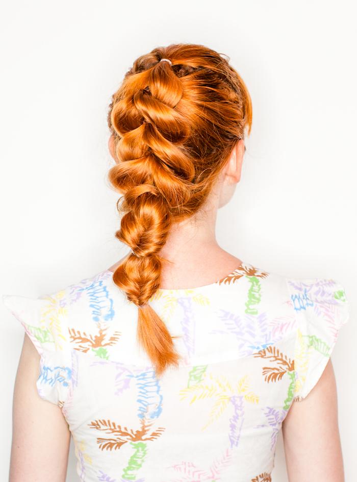 flechtfrisuren einfach, weiße bluse mit buntem muster, mittellange rote haare, haarfarbe kupfer