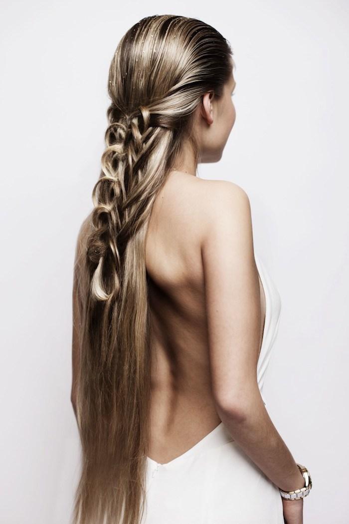 flechfrisuren lange haare, weißes kleid ohne rücken, frau mit langen haaren, blonde strähnen