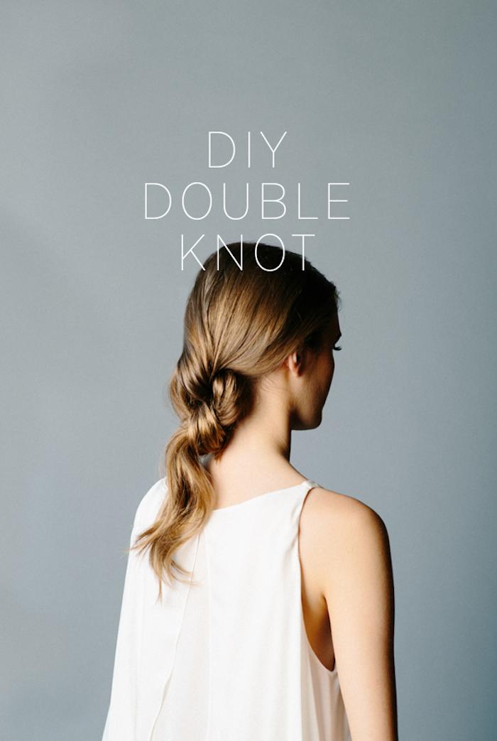 flechtfrisuren mittellange haare, weite weiße bluse, zwei knoten frisur, einfache frisur